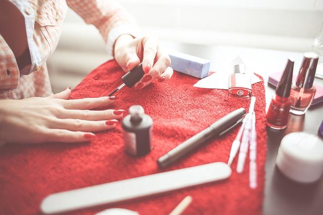 kobieta-robi-manicure