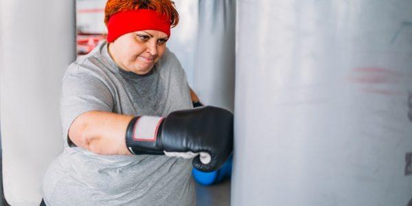 ćwicząca otyła kobieta